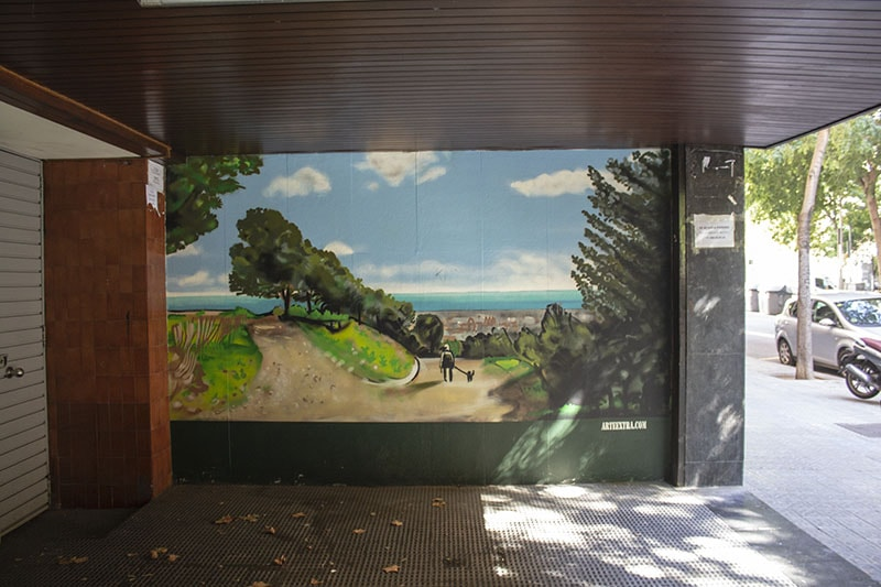 Collserola pintado en graffiti en puerta garaje comunitario de Barcelona por ArteExtra