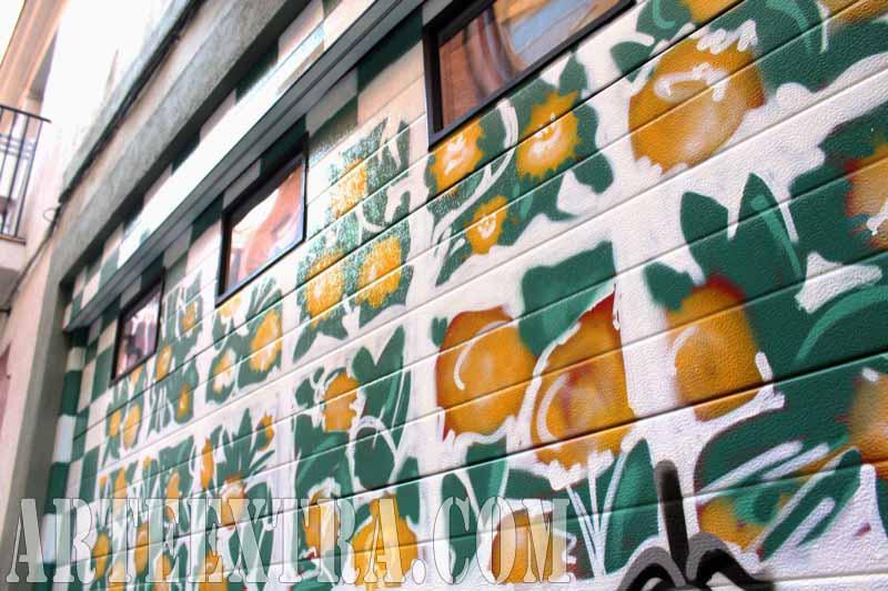 Decoración con graffiti de persiana parking - Casa Vicens de Gaudí - Detalle puerta - Arte Extra 2017