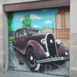 Decoración entrada parking con coche antiguo Sants Barcelona -ArteExtra