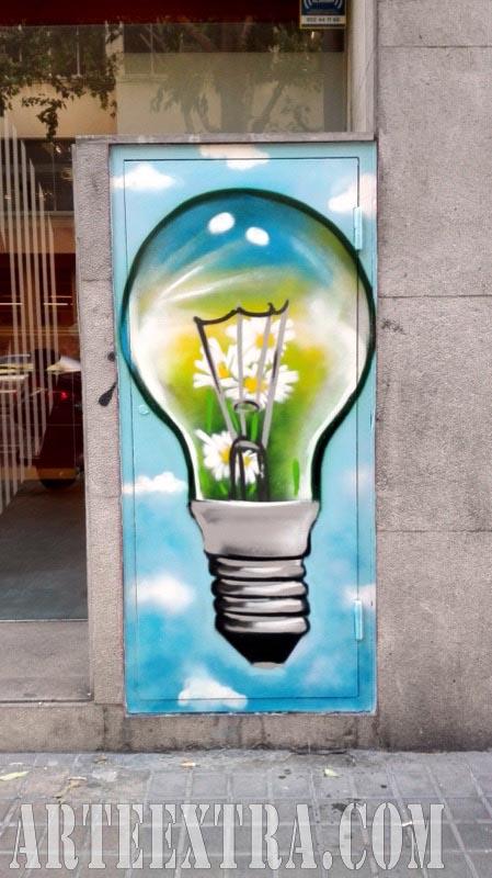 Decoración graffiti bombilla en exterior edificio viviendas - Arte Extra 2017