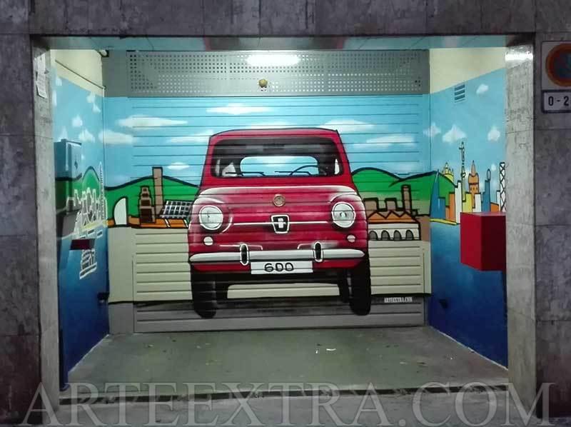 Decoración graffiti profesional SEAT 600 y skyline en paredes laterales entrada garaje en Les Corts por ArteExtra