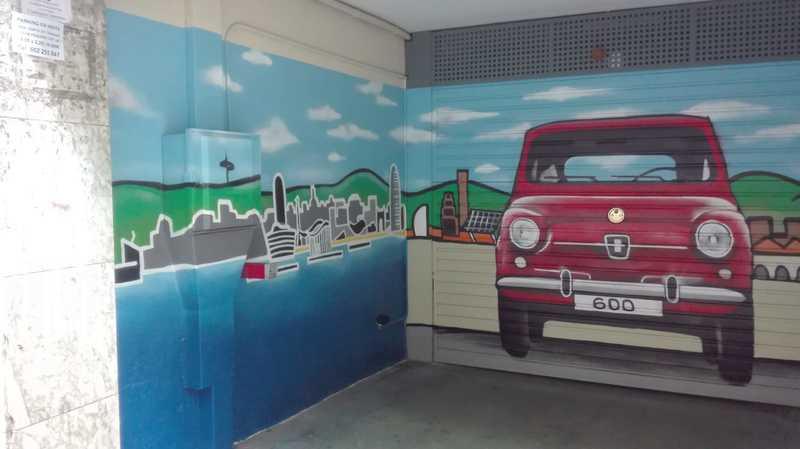 Decoración graffiti profesional skyline Barcelona con SEAT 600 en Les Corts por ArteExtra