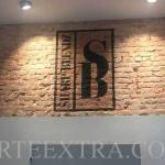 Decoración mural graffiti sobre pared ladrillo interior local Sharp Blenz - ArteExtra