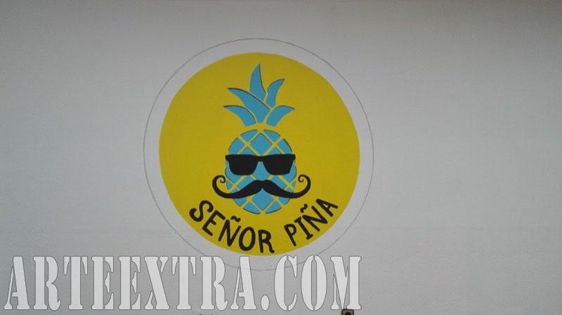 Detalle decoración proyectada logo corporativo Mr Piña Sr Piña Barcelona - ArteExtra 2018