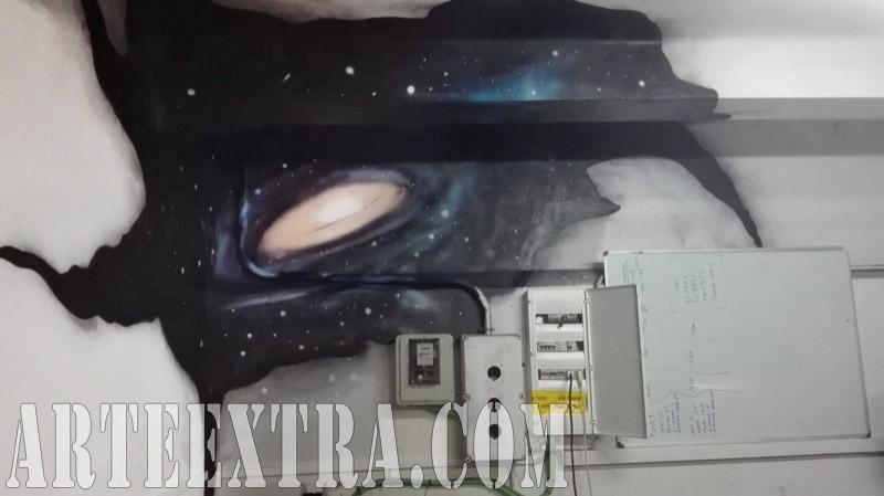 Detalle mural graffiti galaxias espacio en rincon interior local oficina - Arte Extra 2017