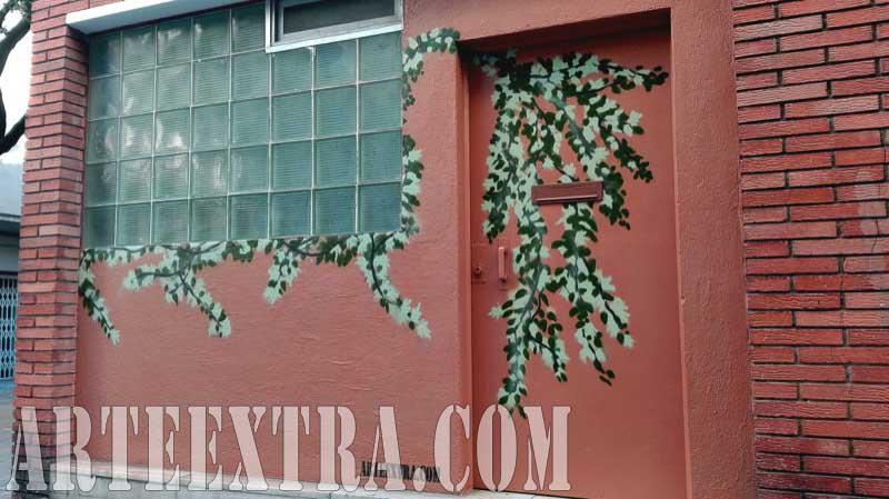 Detalle puerta mural graffiti de lianas en Pl Lesseps Gràcia - Oriol Capella - ArteExtra 2017