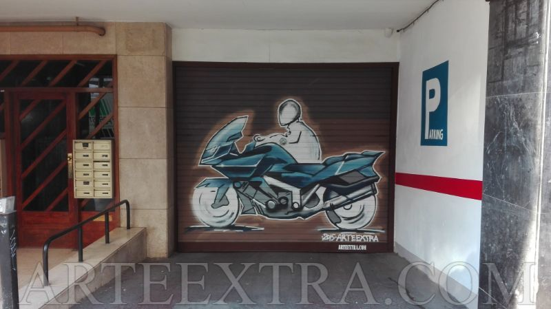 Moto graffiti en entrada parking Gràcia Barcelona - ArteExtra