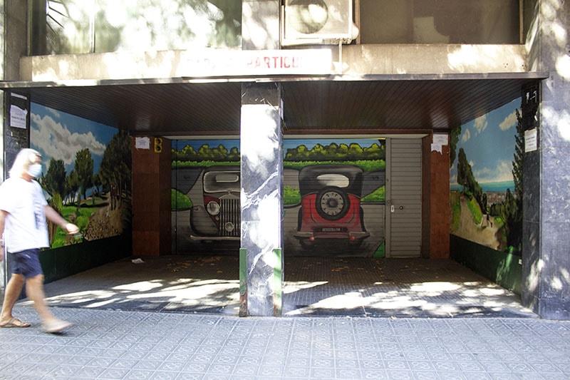 Entrada parking y paredes laterales graffiti en Eixample Barcelona por ArteExtra