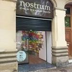 Fachada Nostrum con mural graffiti visible en el interior local Barcelona - ArteExtra