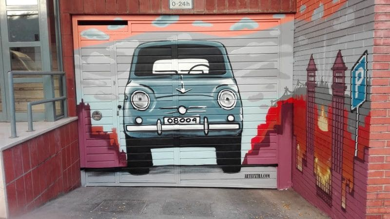 Graffiti SEAT 600 en puerta parking Barcelona por ArteExtra