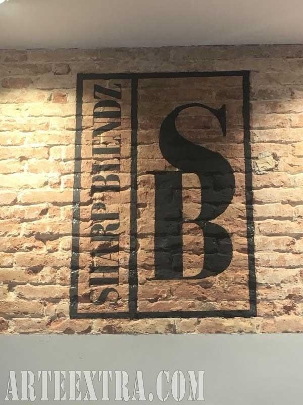 Logo en pintura Sharp Blendz Barcelona sobre pared ladrillo visto - ArteExtra 2018