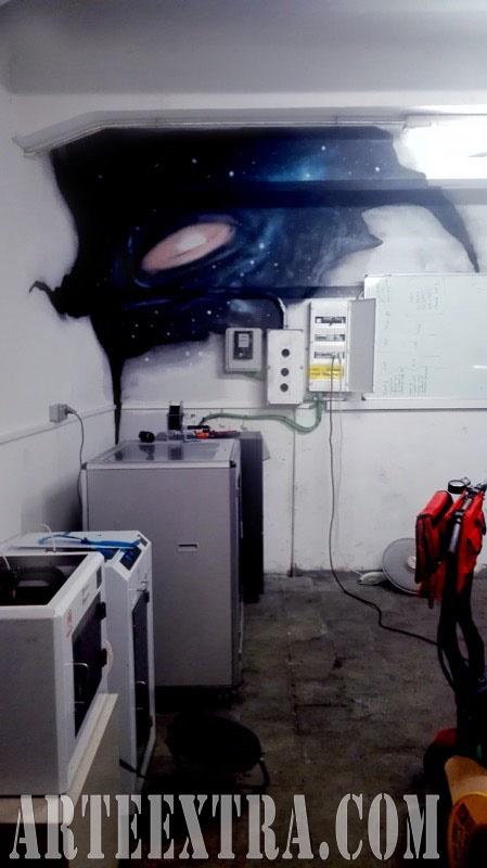 Mural graffiti galaxias espacio en rincón interior local oficina - Arte Extra 2017