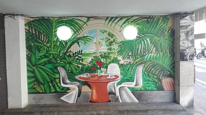 Mural profesional graffiti en entrada garaje en Barcelona por Arte Extra