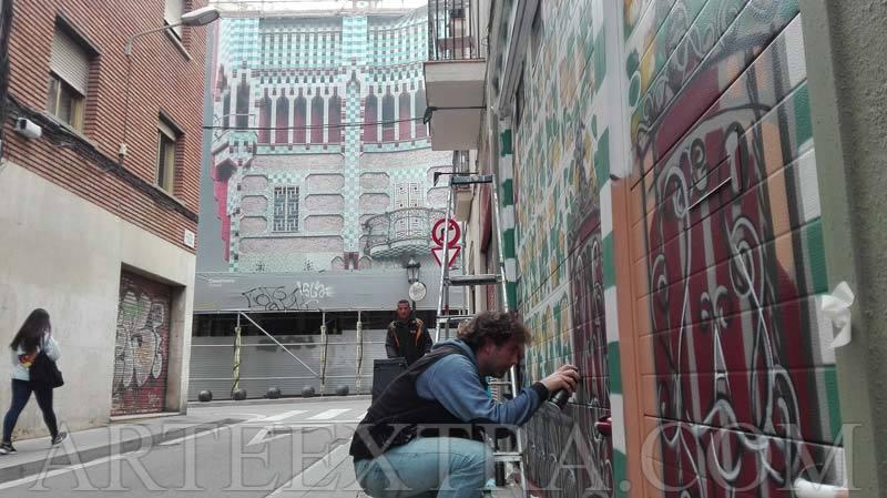 Parking barrio Gràcia en Barcelona con Casa Vicens al fondo ArteExtra