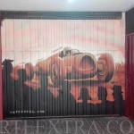 Parking coche antiguo carreras en graffiti en calle Aragon Barcelona - ArteExtra