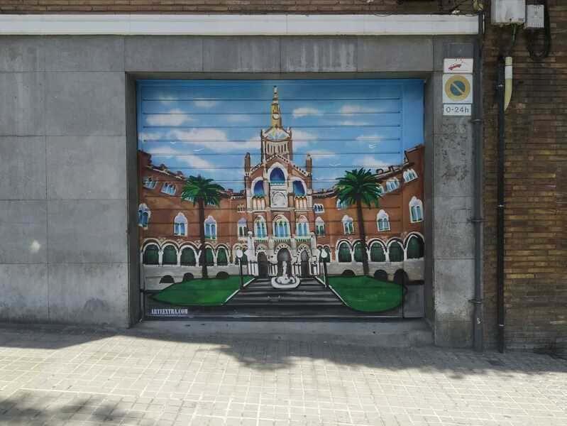 Parking decorado con entrada Hospital Sant Pau en Barcelona por ArteExtra