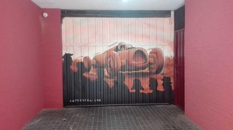 Decoracion con coche retro y skyline Barcelona en graffiti por Arte Extra