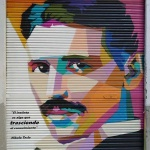 Persiana decorada con retrato Nikola Testa y texto rotulado en Barcelona por ArteExtra
