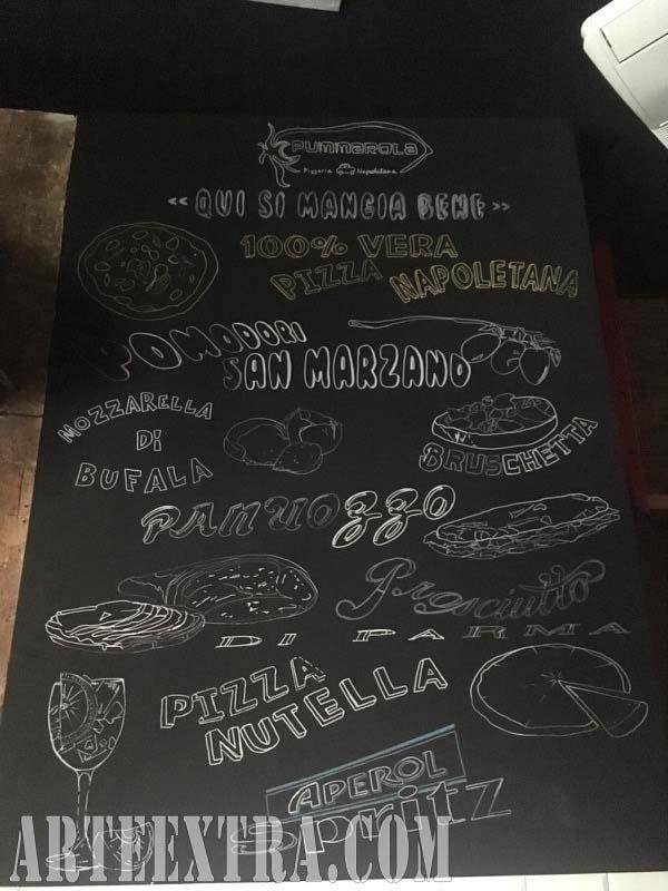 Pizarra decorada lettering pintura y dibujo Qui Si Mangia Bene Barcelona en blanco y negro - Arte Extra 2018