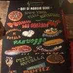 Pizarra rotulación mural profesional con platos carta Restaurante Pummarola en Barcelona por ArteExtra