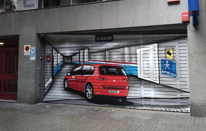 Puerta de parking doble decorada trampantojo interior con senalectica en graffiti por ArteExtra - 1