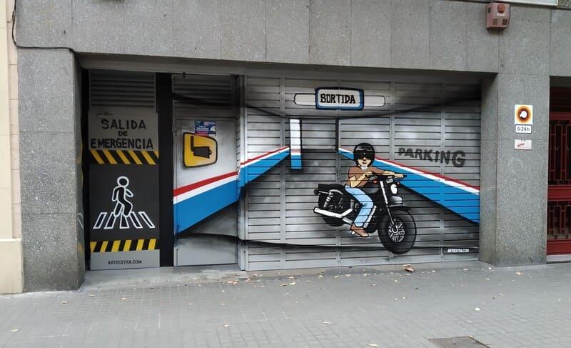 Puerta de parking doble decorada trampantojo interior con senalectica en graffiti por ArteExtra 2