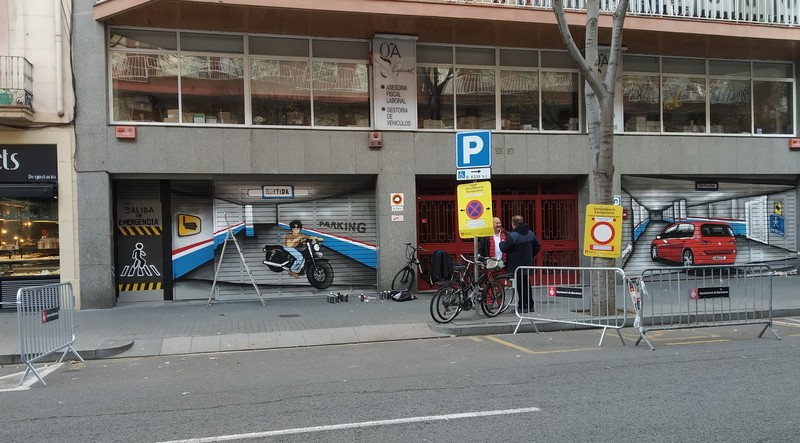 Puerta de parking doble decorada trampantojo interior con senalectica en graffiti por ArteExtra 3