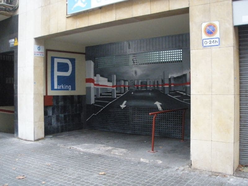 Señal parking en graffiti profesional en Barcelona por ArteExtra