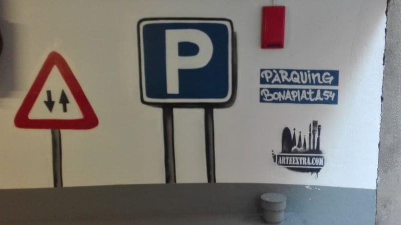 Señaléctica parking en graffiti pintura mural en Barcelona por ArteExtra