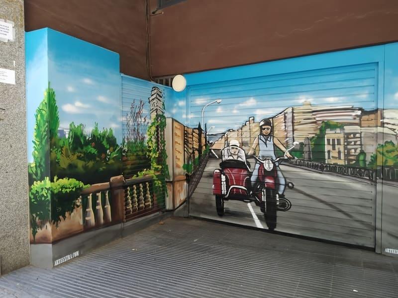 Sidecar pintado en graffiti en puerta parking comunidad en Barcelona por Arte Extra 1