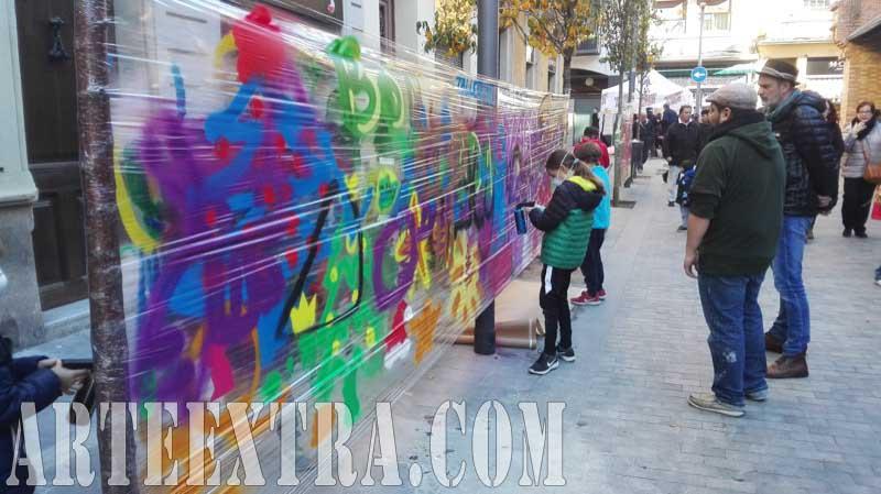 Taller graffiti infantil arte urbano Comerç Mercat Nou en Sants - Plano general - Arte Extra 2017