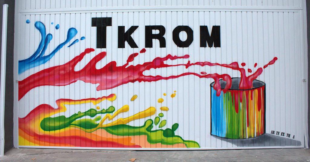 Puerta metálica Tkrom . Decoración artística persianas y puertas
