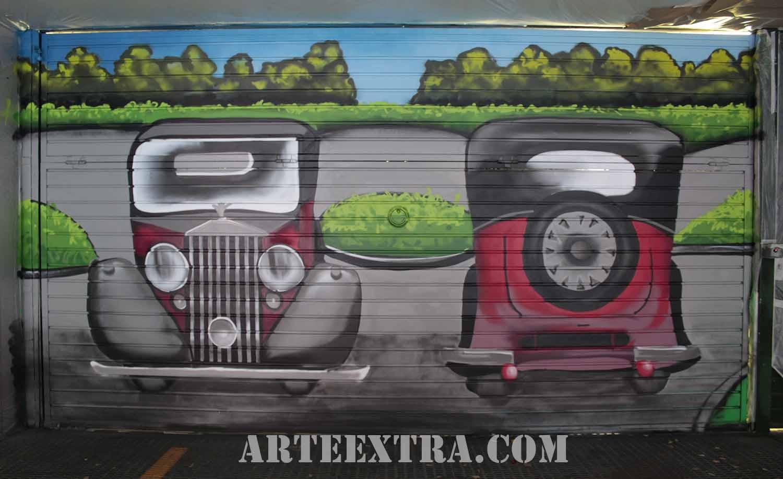 Decoración coches antiguos graffiti en puerta parking Eixample Barcelona - ArteExtra
