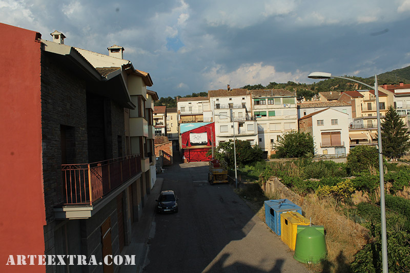 Fotografía aérea dron de graffiti mural pintado en Oliana Lleida por Arte Extra
