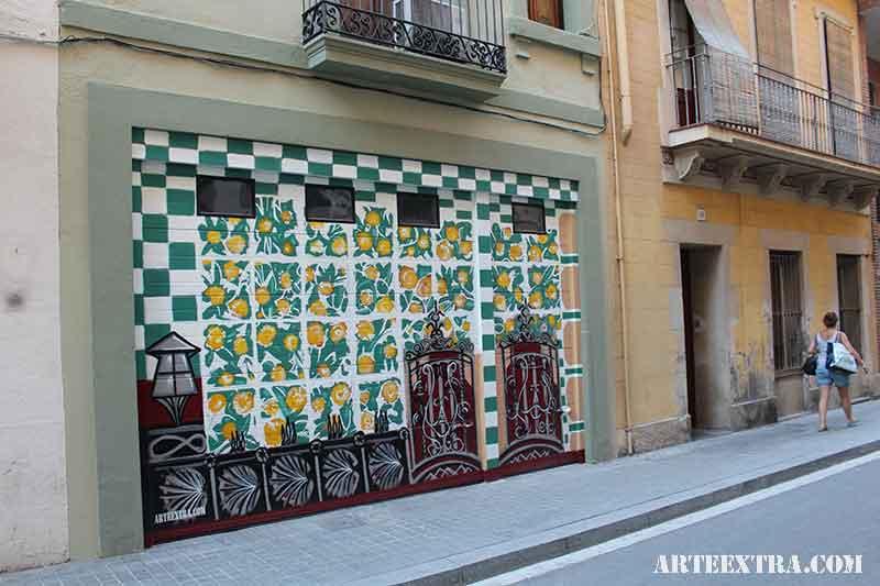 Decoración graffiti artístico Casa Vicens Gaudí en puerta parking casa particular