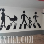 Mural graffiti decoración señaléctica en entrada parking Barcelona