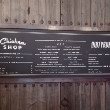 rotulacion_pizarra_restaurante_chikenshop_arteextra_barcelona_tipografia